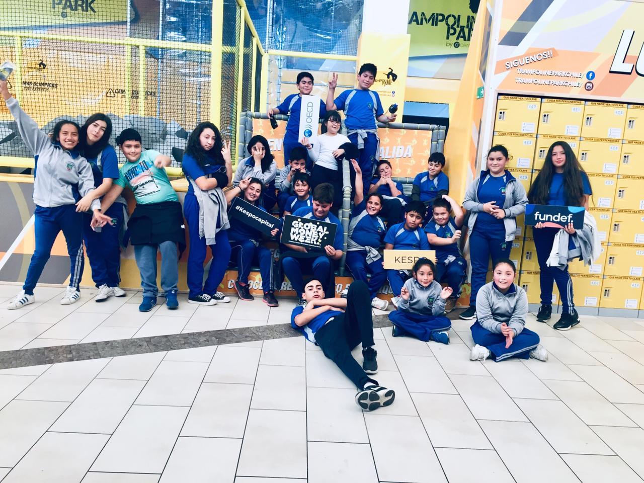 """Escuela recibe premio de """"Global Money Wek"""" en entretenida Jornada en Trampolin Park"""